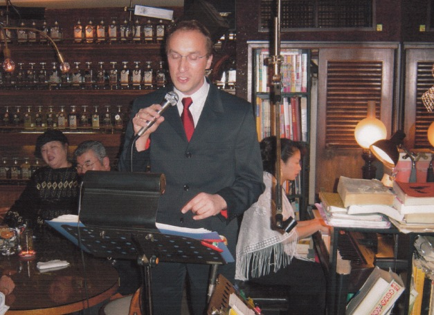 Robert Artley singing in a Whiskey bar in Tokyo (Ginza)